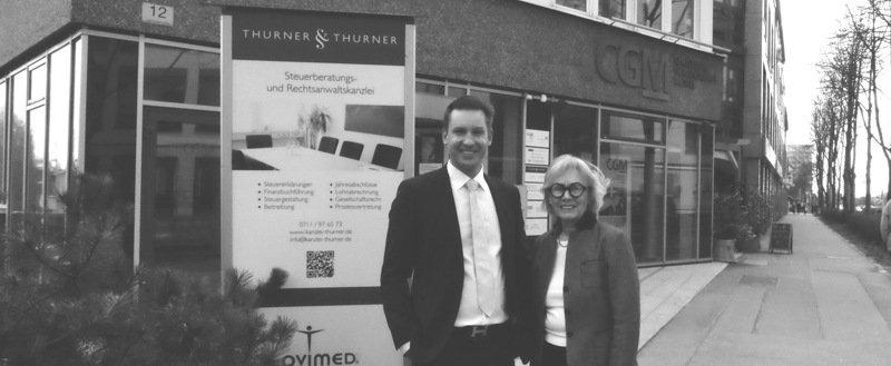 Ingrid und Michael Thurner am Eingang der Kanzlei in Degerloch